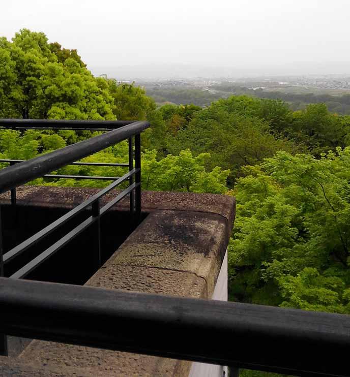 2階喫茶室のテラスからは京都の街や、すぐ下に広がる庭園を眺めることができます。