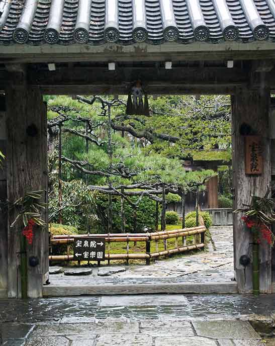 瓦屋根の門が入り口。風情ある風景がその先に広がります。