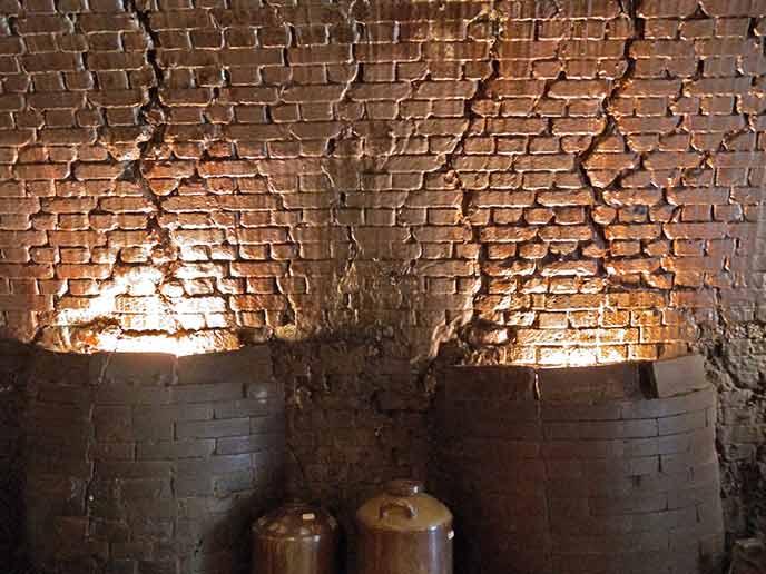 こちらは窯のある広場にある『両面焚倒焔式角窯』国の登録有形文化財に指定されている貴重な窯。
