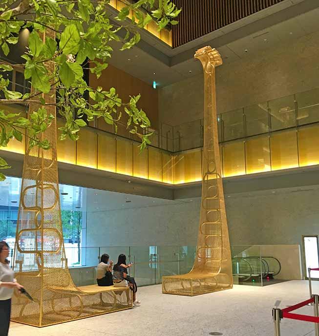 KITTE名古屋1Fにある金のシャチホコを模した印象的なオブジェ