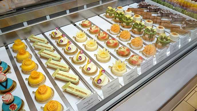 色とりどりのケーキが並ぶ店内ショーケース