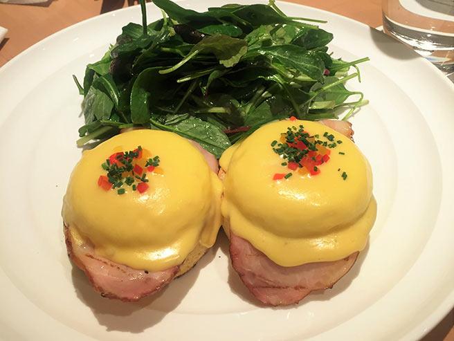 黄金色のオランデーズソースが食欲をそそるエッグベネディクト