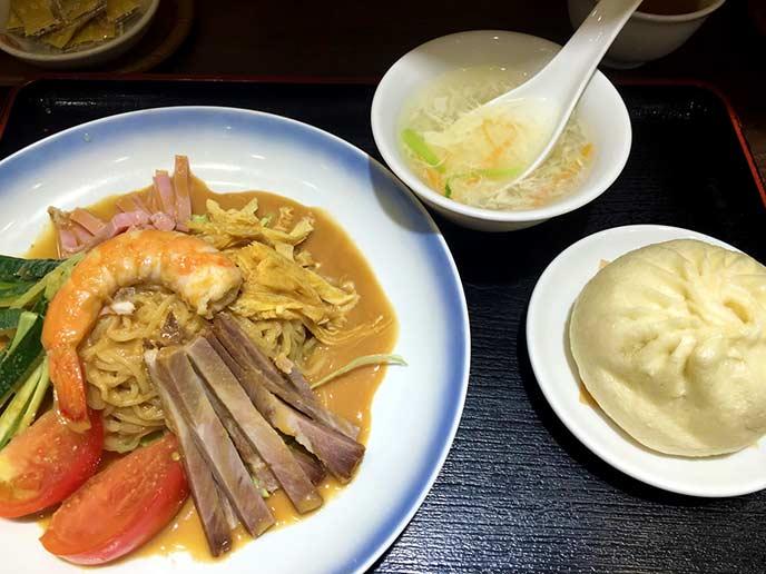 夏季限定の涼風麺。スープと豚まんがセットで、とってもお得♪