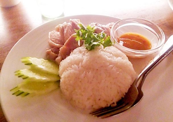 美しく盛られたカオマンガイ。こちらも本格的な味に大満足☆