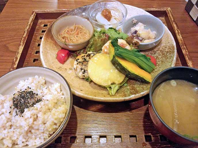健康定食の内容は、飲む野菜サラダ・本日のメイン・旬の野菜のおかず3品・玄米ご飯・麦味噌のお味噌汁☆