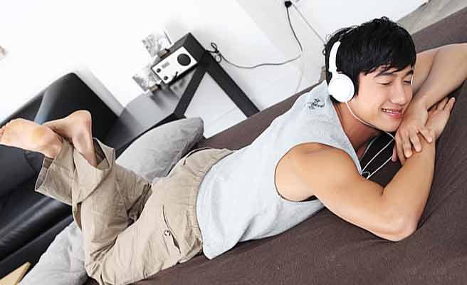 自分の部屋で休息する男性