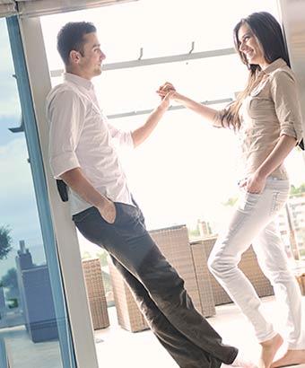 手を握りながら会話するカップル