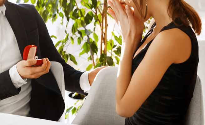 彼氏から求婚される女性