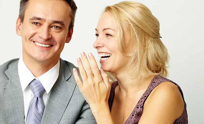 男性の傍で笑顔で話しかける女性