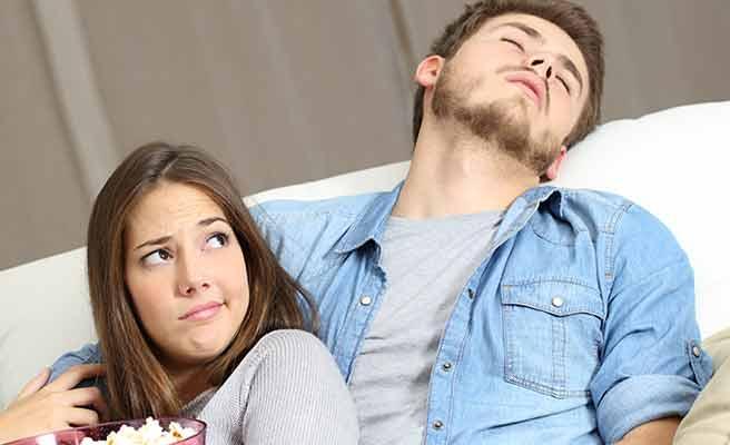 彼女の傍で居眠りする男性