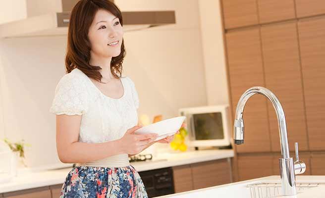 食器を洗う主婦