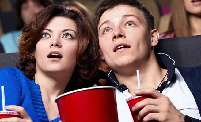 映画に夢中なカップル