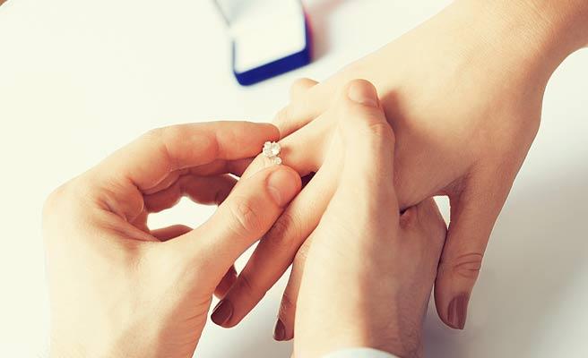 婚約指輪を女性に指にはめる
