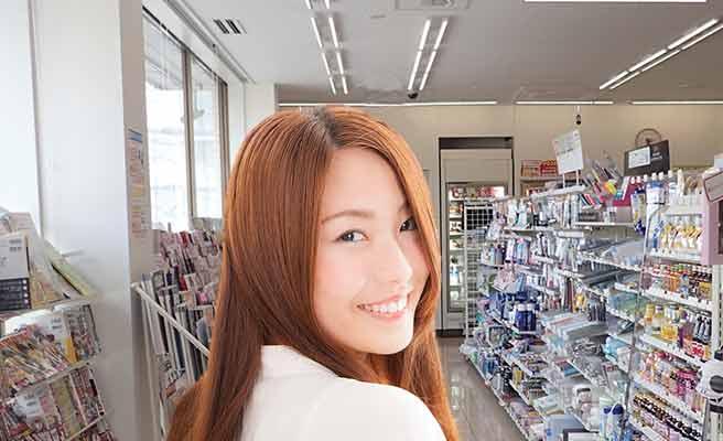 コンビニ店内で笑顔の女性