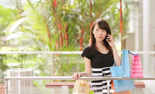 ショッピング手提げ袋をいくつも持った女性