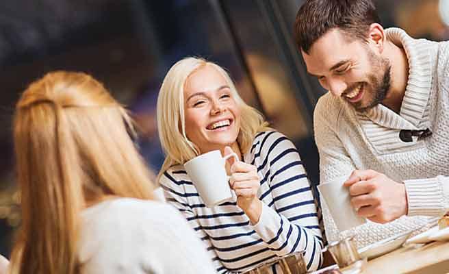 男性と一緒にコーヒーを飲む女性
