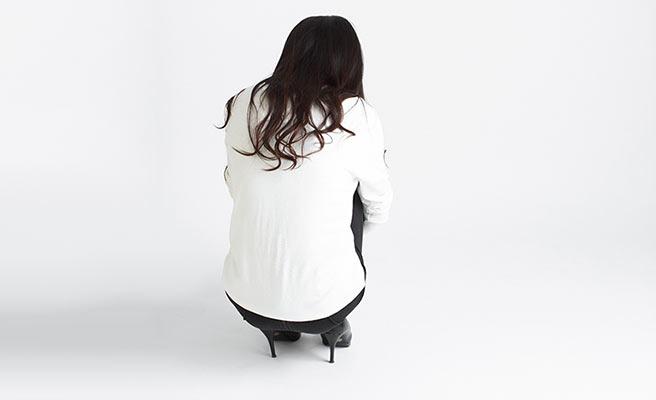 一人座り込む女性