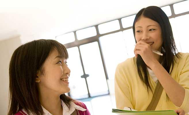 笑い合う女子学生
