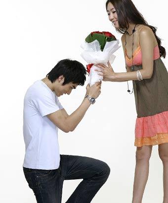 女性に花束を差し出す男性