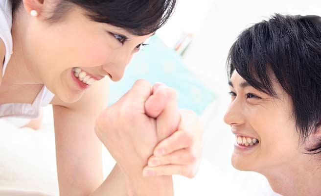 腕相撲するカップル