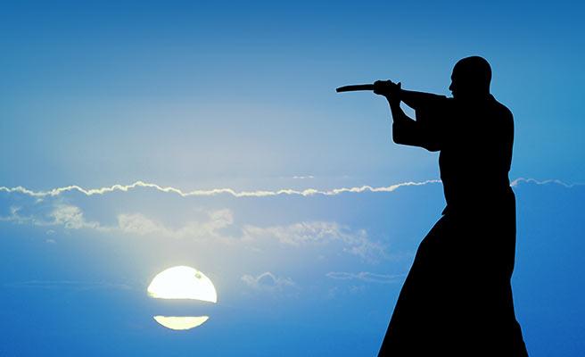 刀を構える侍のシルエット