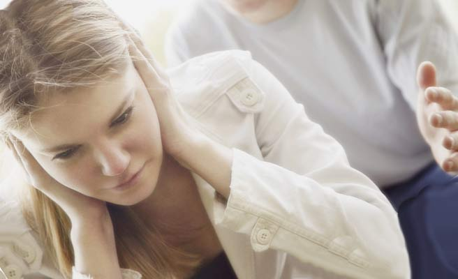 彼氏の話に耳を塞ぐ女性
