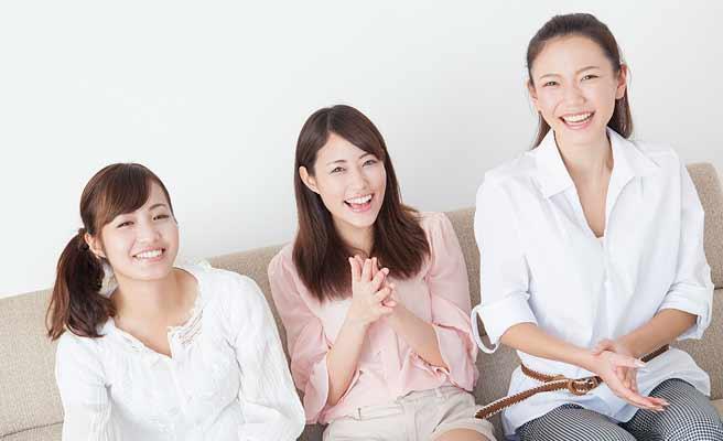 友達3人で談笑する女性達