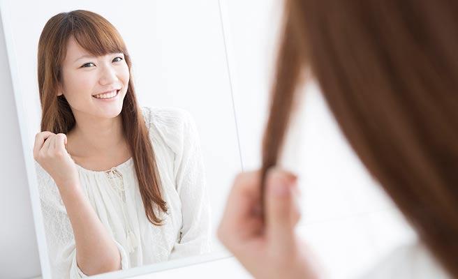鏡に自分を映す女性