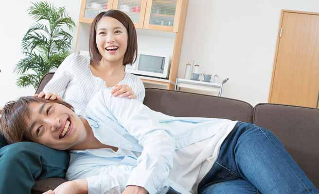 彼女の膝枕で寝る男性