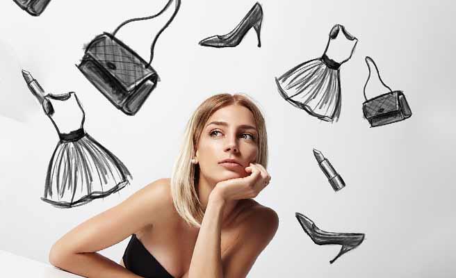 ファッション小道具をあれこれ思い浮かべる女性