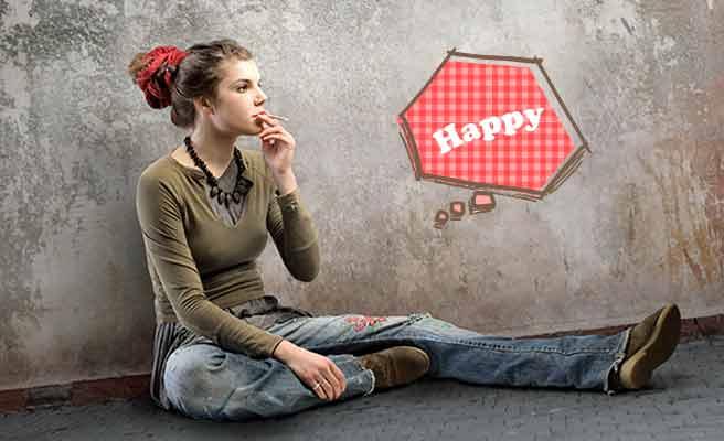 路上に座り込んで煙草を吸う女性