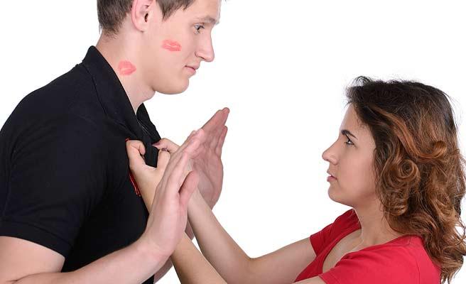 女性にキスされて困惑する男性