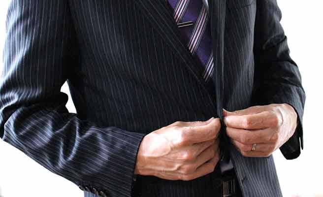 スーツ姿の男性の指に結婚指輪