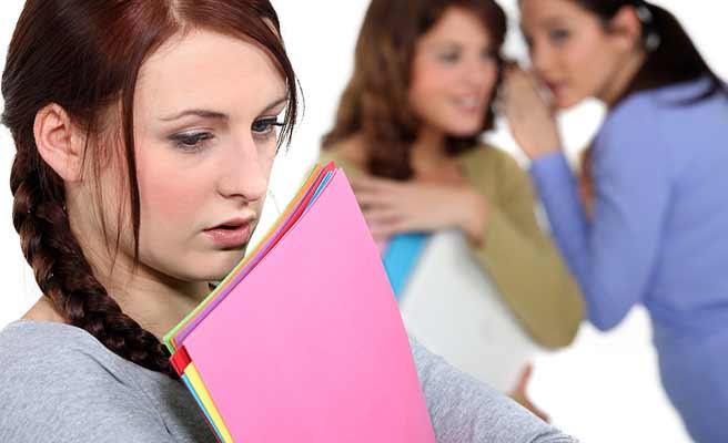 社内で噂話する女性達と気まずい顔の女性