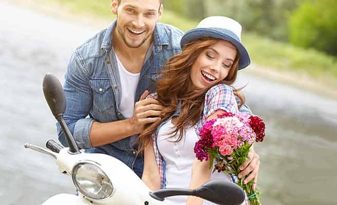 花束を恋人に渡す男性