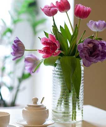 しおれ始めた花瓶の花