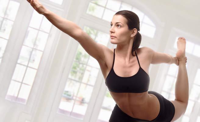 ヨガをするスリムな体形の女性
