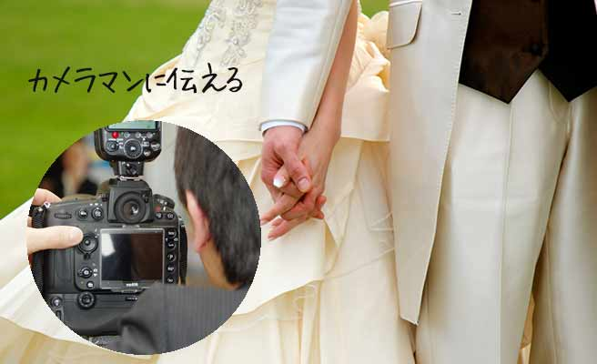 ウェディング衣裳の新郎新婦とカメラマン