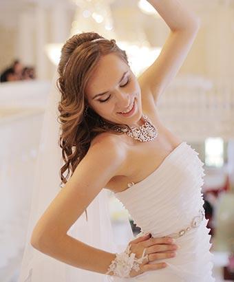 踊りのポーズをとる花嫁衣裳の女性