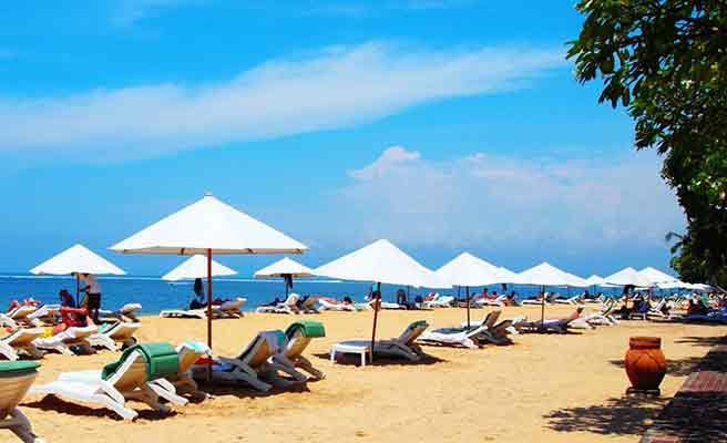 バリ島砂浜に立ち並ぶパラソル