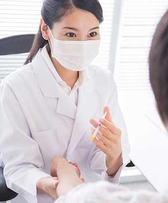 注射する女医