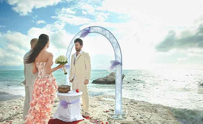 海外で結婚式を挙げるカップル