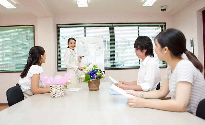 文化教室に参加する女性