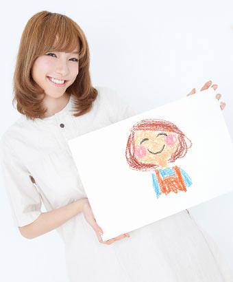 手書きの絵を見せる女性