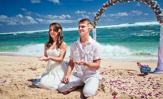 バリの浜辺で挙式を挙げるカップル
