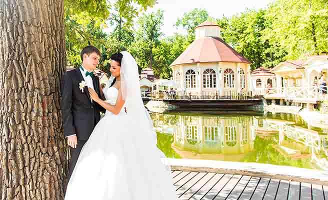 パリの円形建造物と結婚式を待つカップル