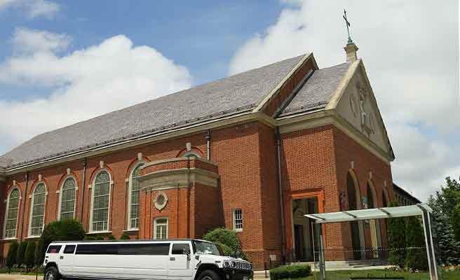 大きなリムジンと煉瓦の教会