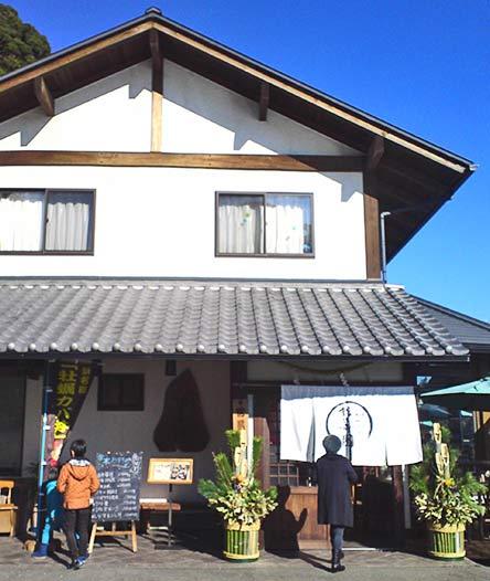 瓦屋根が立派なお店の外観。