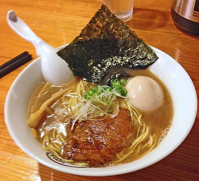 定番の和歌山ラーメン。魚介のダシが効いた豚骨スープが美味しい!