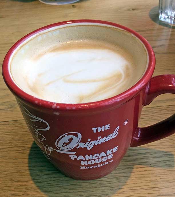 カフェラテを飲みながらほっこり。マグがとってもかわいい!